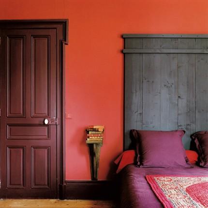 colori camera da letto: bianco, una parete colorata