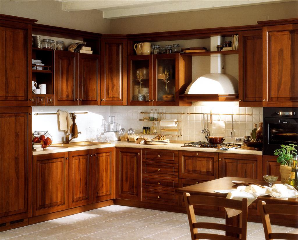 Arredamento classico cucina legno colori chiari eleganza - Colori pareti cucina classica ...