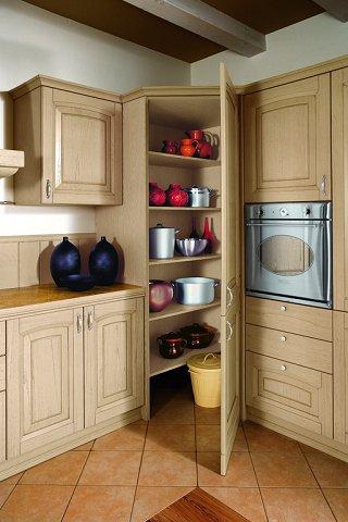 Angolo dispensa cucina scaffali illuminazione - Mobile ad angolo cucina ...