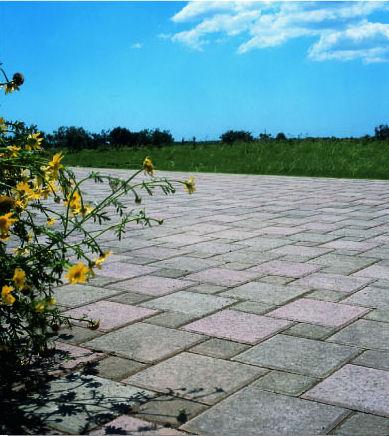 Pavimenti giardino porfido pietre naturali cotto for Materiali impermeabili naturali